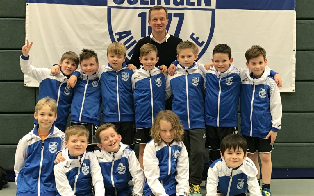 Die Mannschaft des TSV Solingen freut sich über neue Trainingsjacken